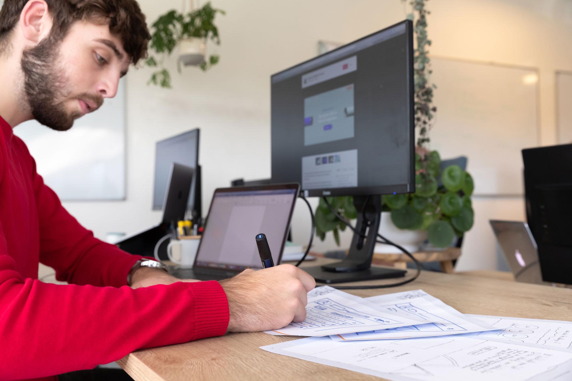 Designer maakt wireframes op papier