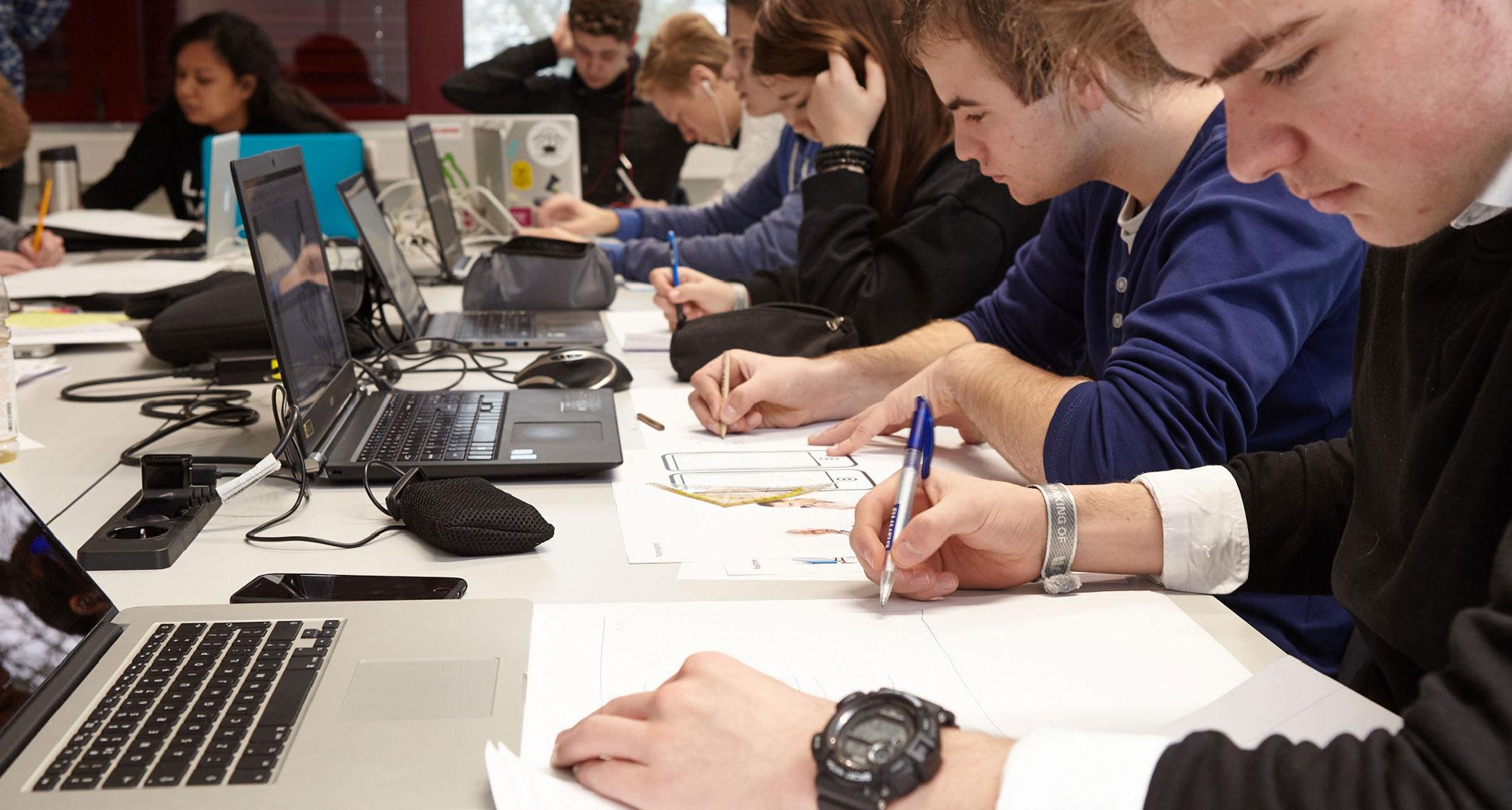Studenten werken aan designopdracht