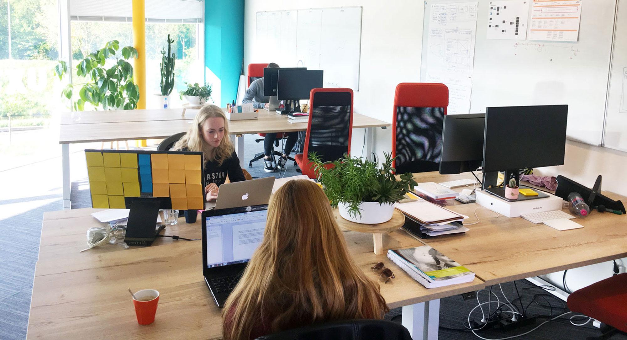 Sfeerbeeld van werkende mensen op kantoor
