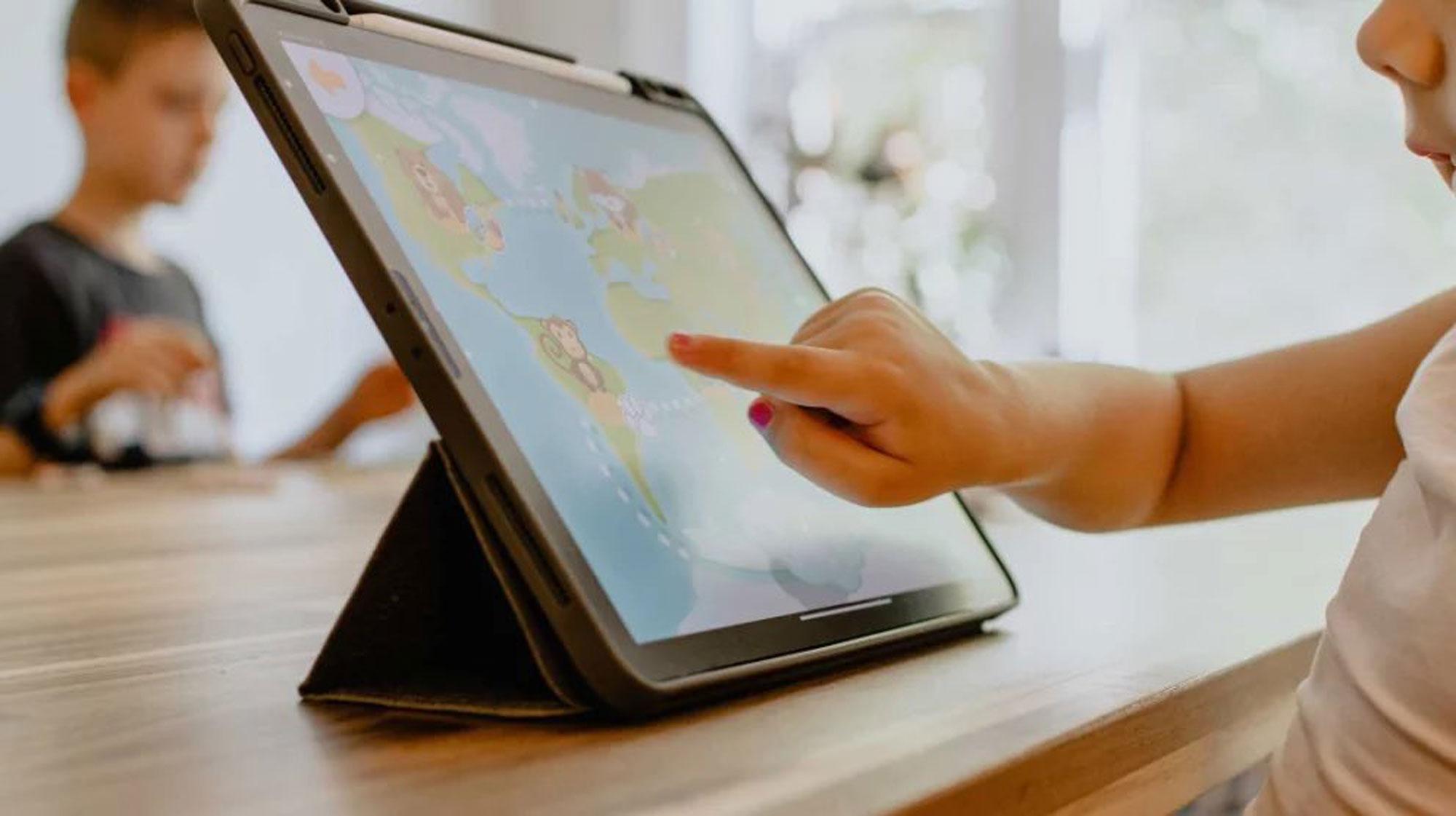 Kind gebruikt een tablet